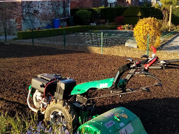 Préparation du sol avant semis de pelouse.